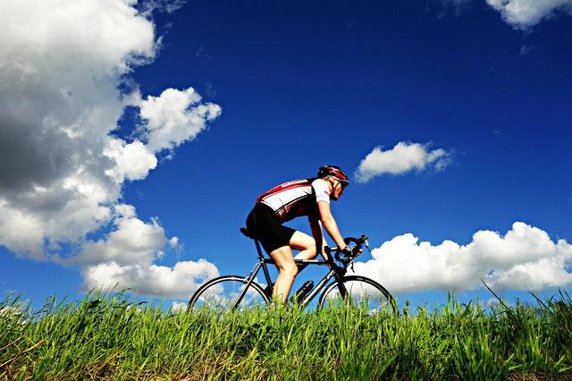 mand cykler med cykelhjelm
