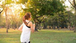 kvinder løber for at komme i form