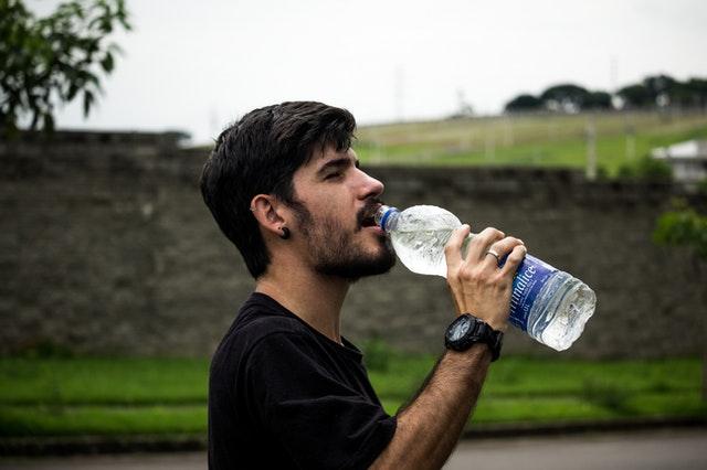 drikker vand