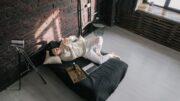 Mand sover i seng i sit moderne hjem