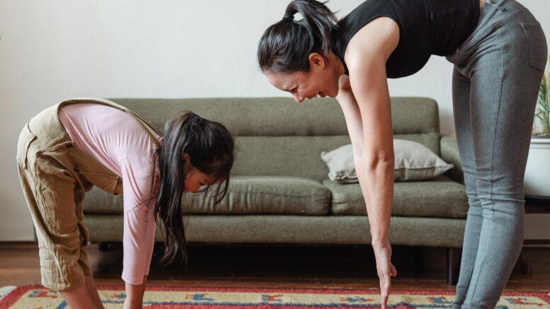Mor og datter laver hjemmetræning