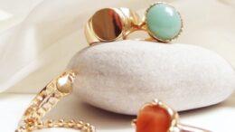 Smykker, ringe, forgyldt, med sten